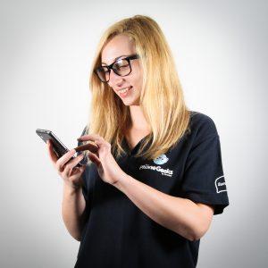 Alexandra e nota de feminitate a echipei The Phone Geeks. Pasiunea ei pentru telecom a inceput cu descoperirea realitatii augmentate si a codurilor QR, pe vremea cand lucra la lucrarea de licenta. De atunci, a dezvoltat o afinitate pentru Sense UI, si declara ca orice telefon pe care il testeaza va fi comparat, involuntar, cu sistemul celor de la HTC